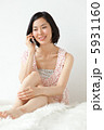 携帯 タンクトップ くつろぐの写真 5931160