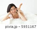 携帯 タンクトップ くつろぐの写真 5931167