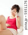 携帯 タンクトップ くつろぐの写真 5931176