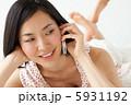 携帯 タンクトップ くつろぐの写真 5931192