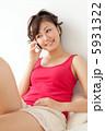 タンクトップ くつろぐ スマートフォンの写真 5931322
