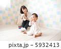 子供部屋で遊ぶ親子 5932413