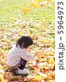 落葉と女の子 5964973