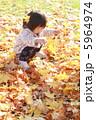 落ち葉と女の子2 5964974