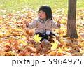 落ち葉と女の子3 5964975