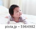 うつ伏せの赤ちゃん 5964982