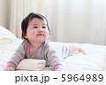 うつ伏せの赤ちゃん4 5964989