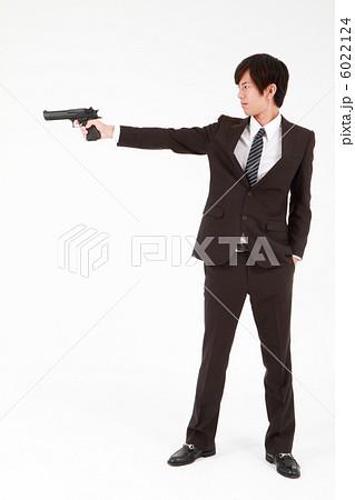 銃を構えるビジネスマンの写真素材 6022124 Pixta