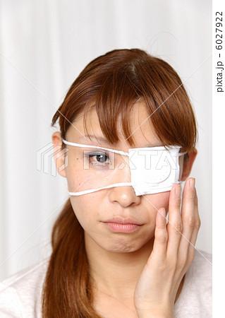 眼帯をする女性 6027922