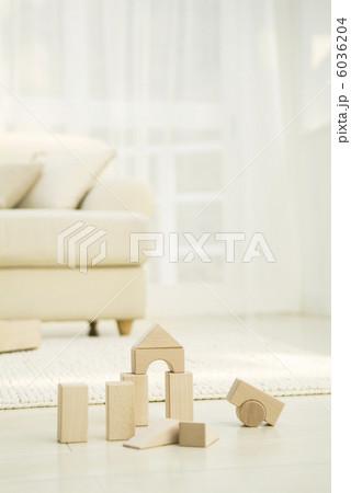 積み木とソファのあるリビングルームの写真素材 [6036204] - PIXTA