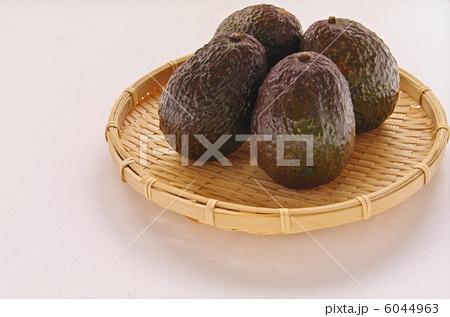 ヘルシーな健康果実「森のバターと云われている竹ざるに置かれたアボカド4個」の写真素材 [6044963] - PIXTA