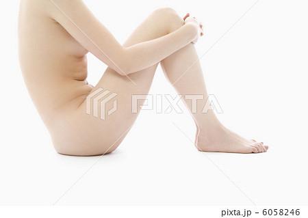 膝を抱えるヌードの女性 6058246