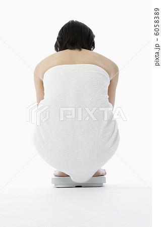 体重計に乗る女性の後姿 6058389