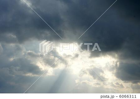 雲の切れ目からエンジェルロード 6066311