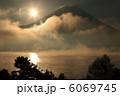 朝日 本栖湖 山の写真 6069745