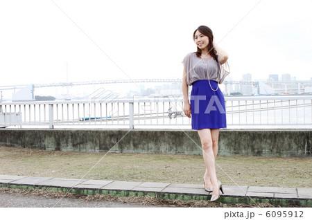 港・公園の美人女性 6095912