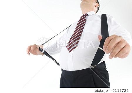 サスペンダーをしている肥満の男性 6115722