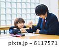 図書館で勉強をする高校生カップル 6117571