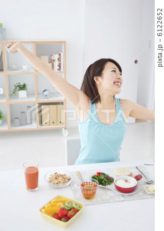 朝食と若い女性の写真素材 [6122652] - PIXTA