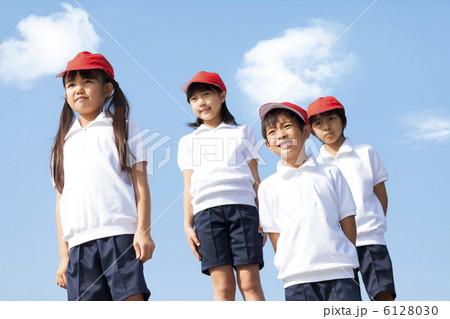 体操服姿の小学生の写真素材 [61...