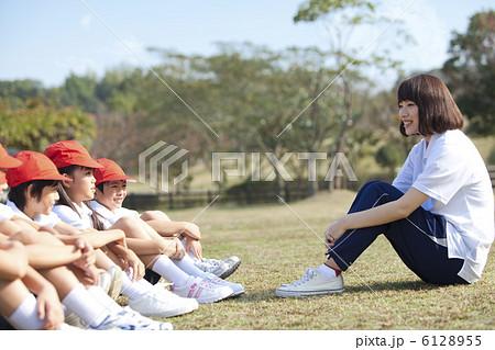 体育座りする体操服姿の小学生と先生 6128955
