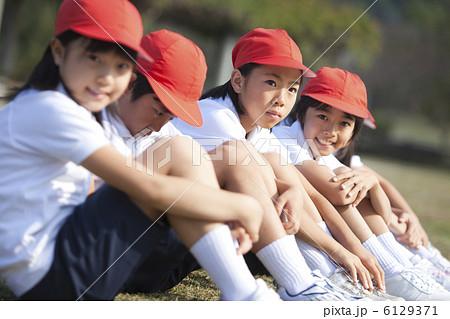 体育座りする体操服姿の小学生 6129371