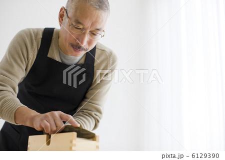 鰹を削る中高年男性 6129390