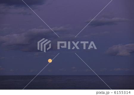 海の水平線から昇る 満月 実写 6155314