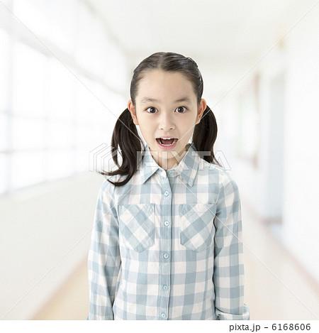 驚き顔の小学生の女の子 6168606
