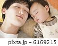 お父さん 父親 お昼寝の写真 6169215