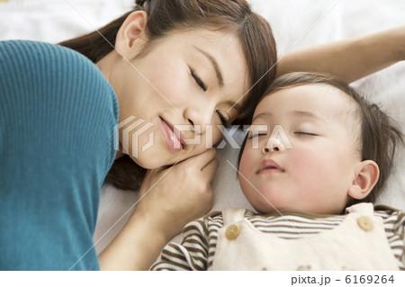 昼寝をしている母親と赤ちゃん 6169264