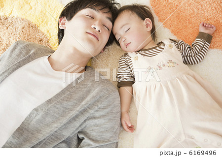 お昼寝をしている赤ちゃんと父親 6169496