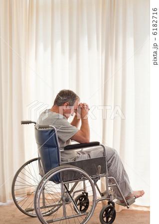 Thoughtful man in his wheelchairの写真素材 [6182716] - PIXTA