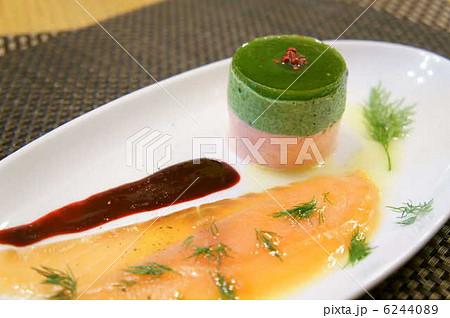 スモークサーモン、マスカルポーネチーズとほうれん草のムース ラズベリーソースで 6244089