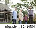 見上げる 人物 日本人の写真 6249680