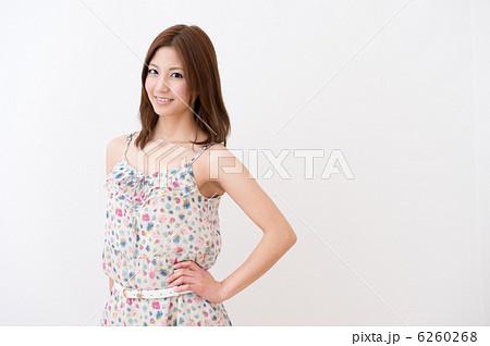 キャミワンピを着た女性 6260268