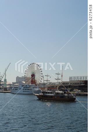 神戸港と帆船型遊覧船(背景にモザイクガーデン大観覧車) 6273458