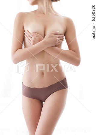 裸の女性 手ブラ 白バック くびれボディー 6290820