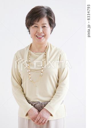 笑顔の中高年女性 6334793