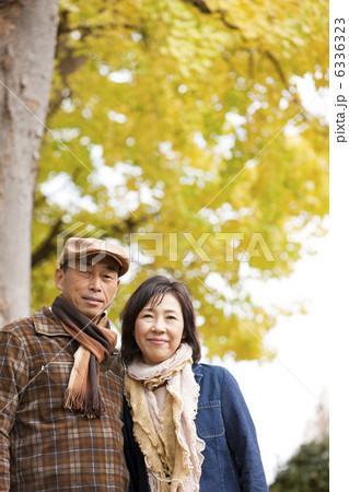 寄り添う中高年夫婦 6336323