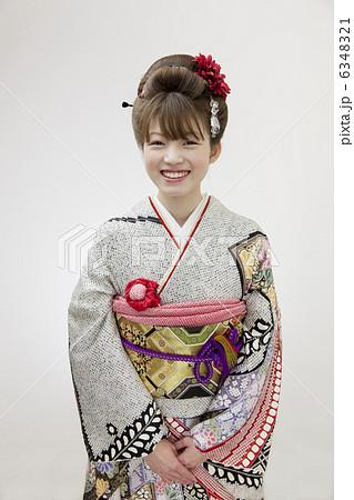 日本髪の似合う着物姿の可愛い女性 6348321