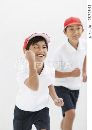 走る体操服姿の小学生の写真素材...