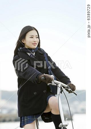 自転車通学する女子学生 6389729