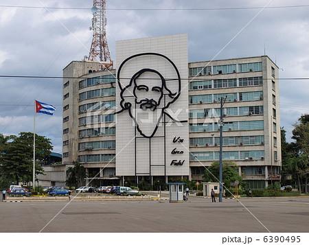 ハバナ革命広場の カミーロ・シ...