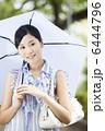 傘をさす女性 6444796