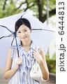 傘をさす女性 6444813