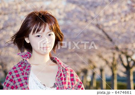 春風になびく髪の毛/美少女/私服/桜 6474661
