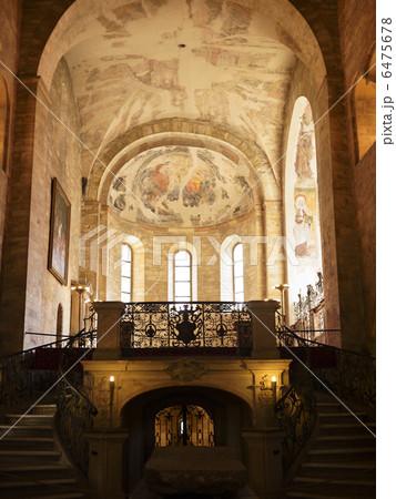 チェコ共和国、プラハ城内の聖ジョージ教会内部 6475678