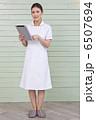 タブレット端末を持っている白衣の女性 6507694