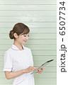 タブレット端末を持っている白衣の女性 6507734